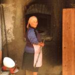 contadini-donna-alla-preparazione-del-forno-derosa